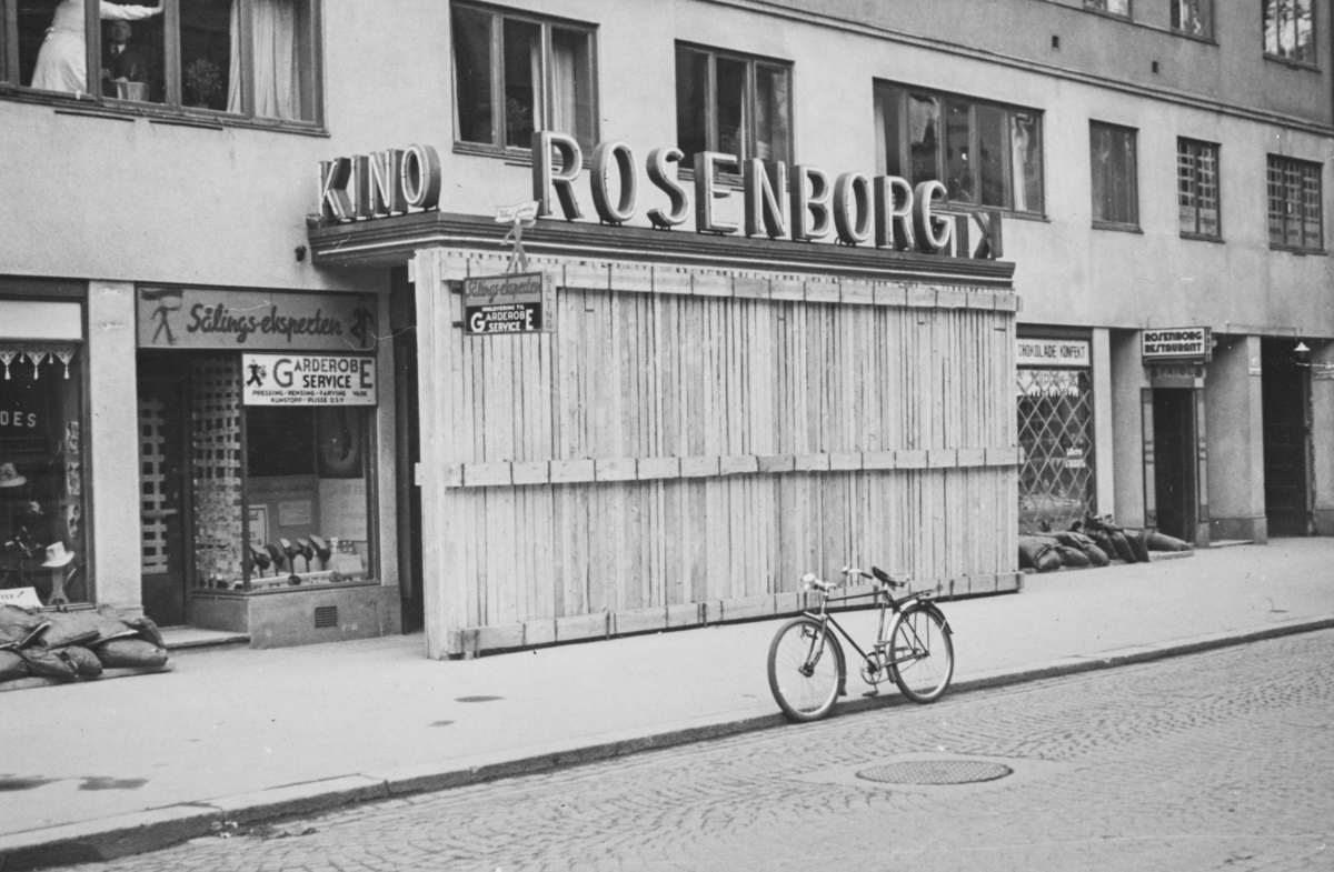 Splintvegg er satt opp foran Rosenborg kino.