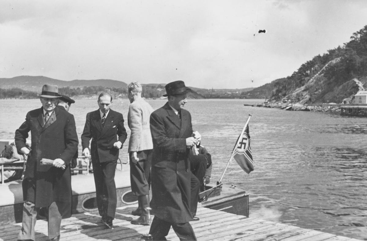 I land på Gressholmen ved ambulanseflyets avgang til Nord-Norge. Generalkonsul Ellef Ringnes foran t.h.