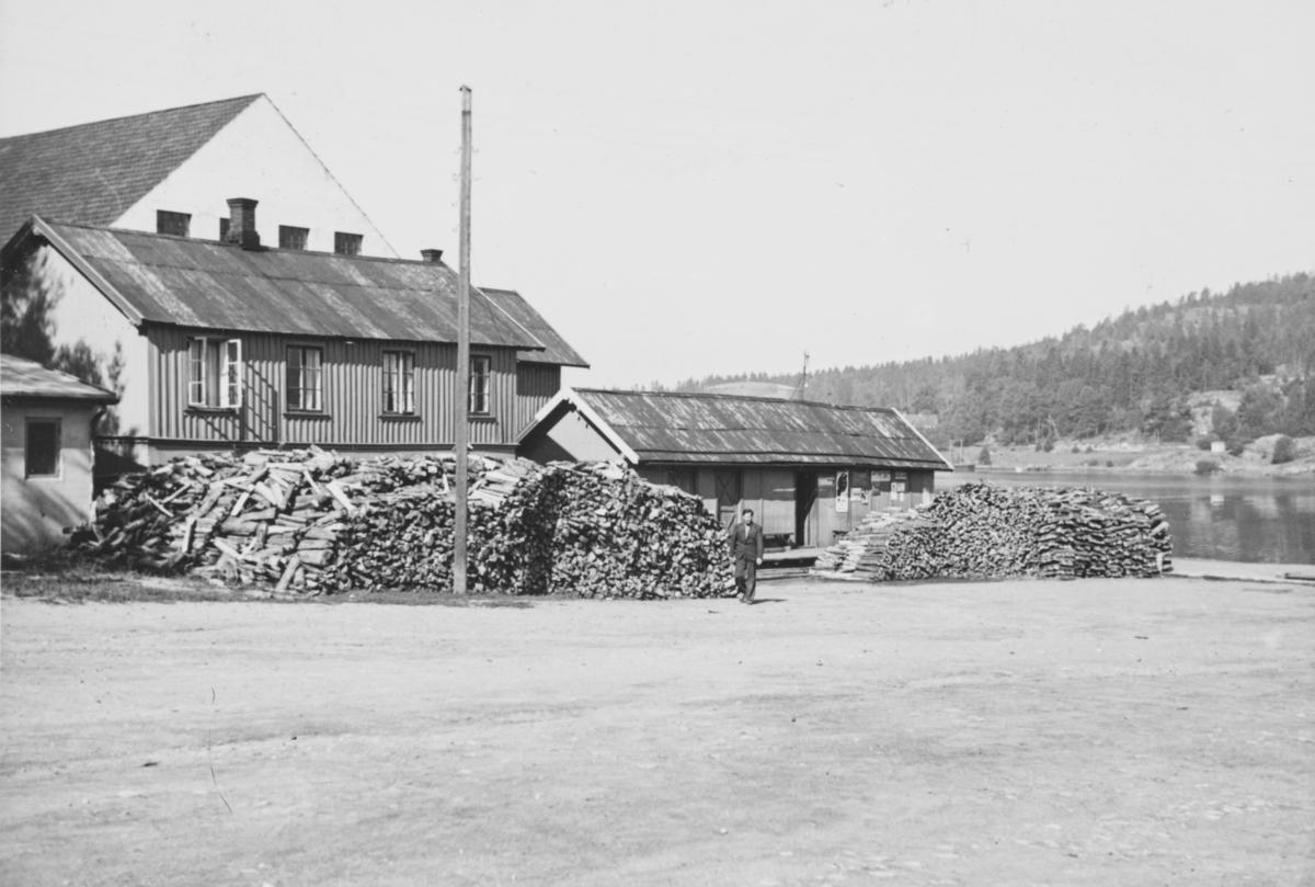 """Tekst fra album: """"Ved til """"Borgen"""".  Fra Son Torg med  dampskipsbygningen som ble etablert her i 1909, som ekspedisjonsbygning med kontor og pakkhus. Den siste dampbåten var Oscarsborg som hadde sin siste tur i 1950. (Den siste Pappabåten). Huset er for lengst borte."""
