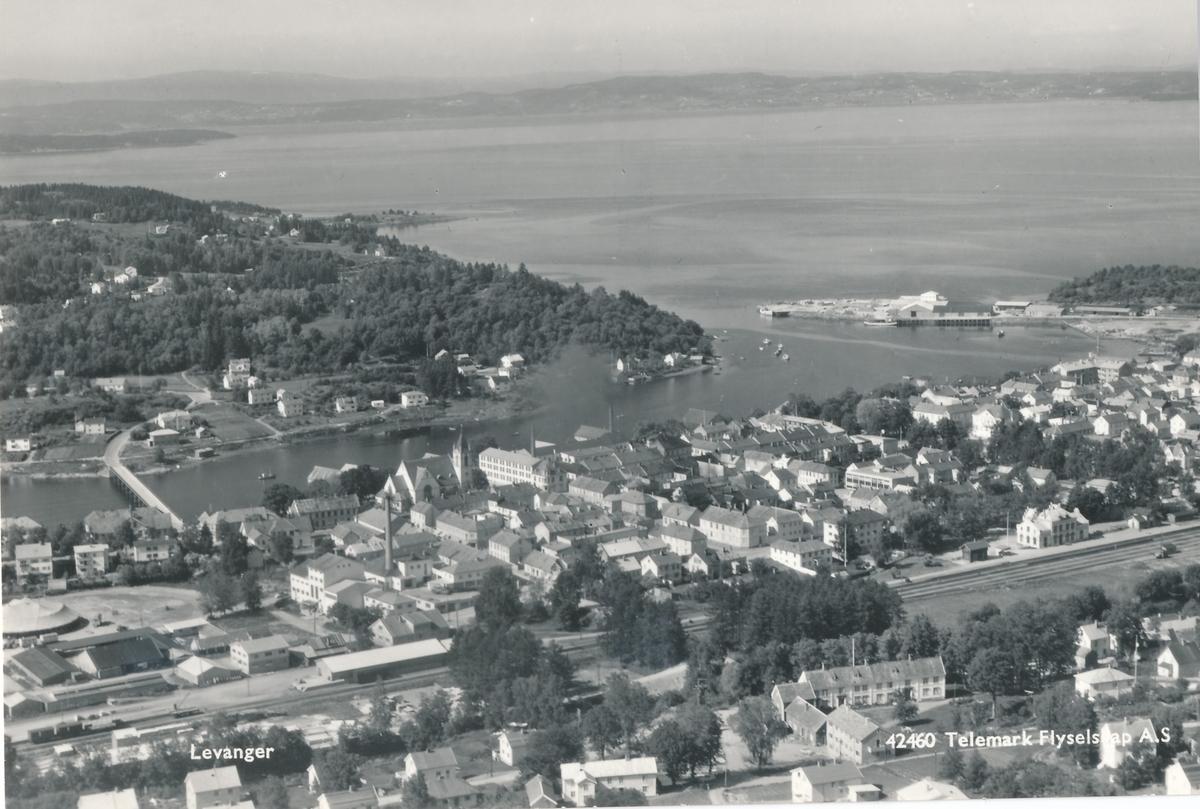 Flyfoto over Levanger med jernbanestasjonen til høyre.