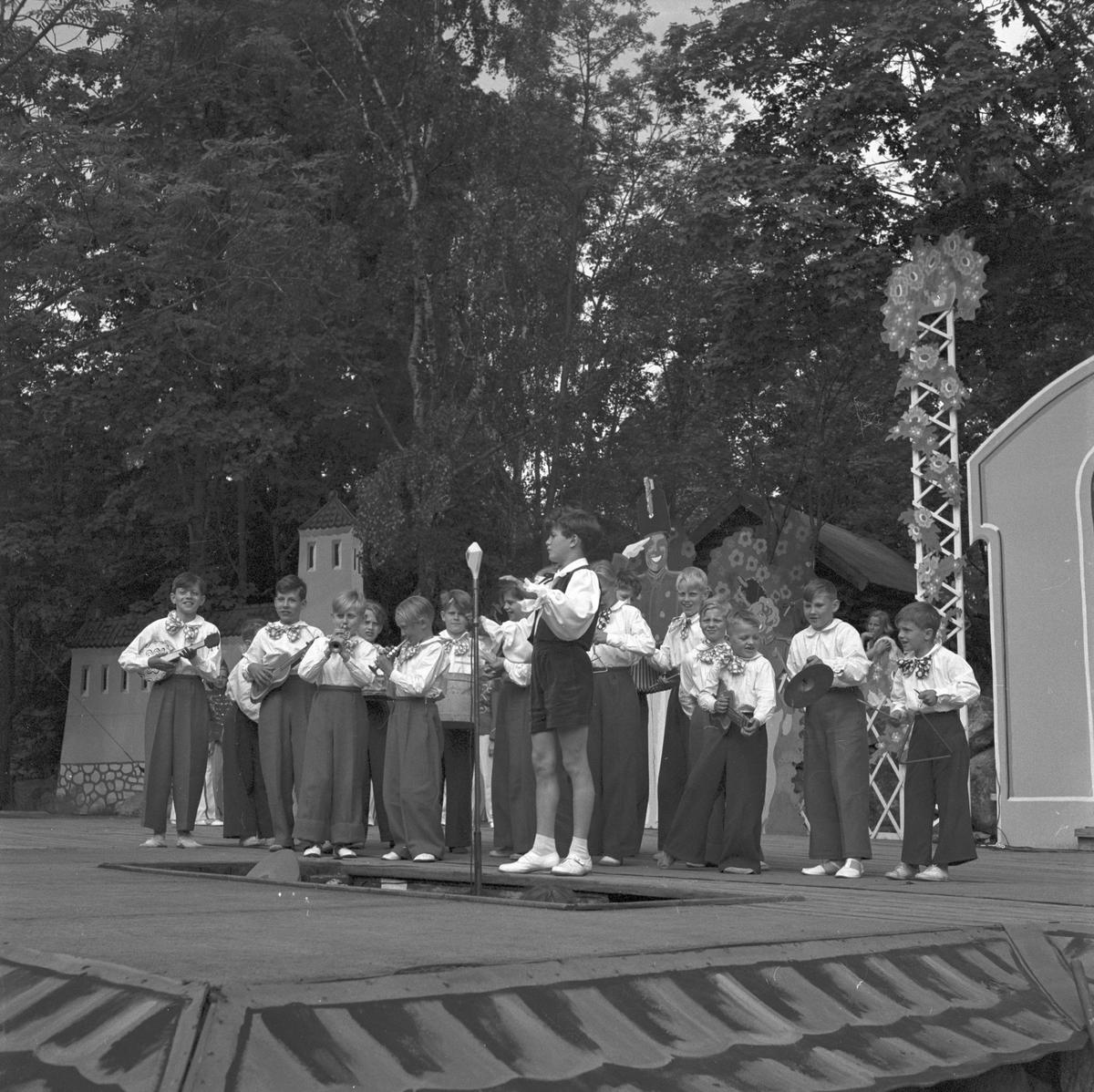 Furuviksparken invigdes 1936  1950 var ett år då Furuviksparken investerade kraftigt.  Folkdanslaget Furuviks Ungdomslag och Barnkabarén blev Furuviksbarnen