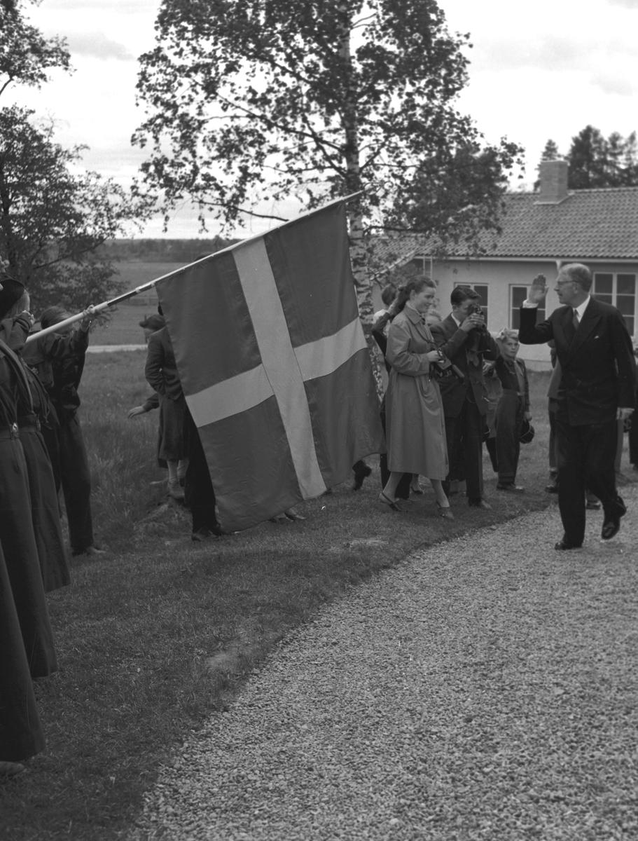 Kung Gustaf VI Adolf på besök i samband med invigningen av Hushållningssällskapets kursgård intill herrgården i Kungsgården, Ovansjö, 1953.