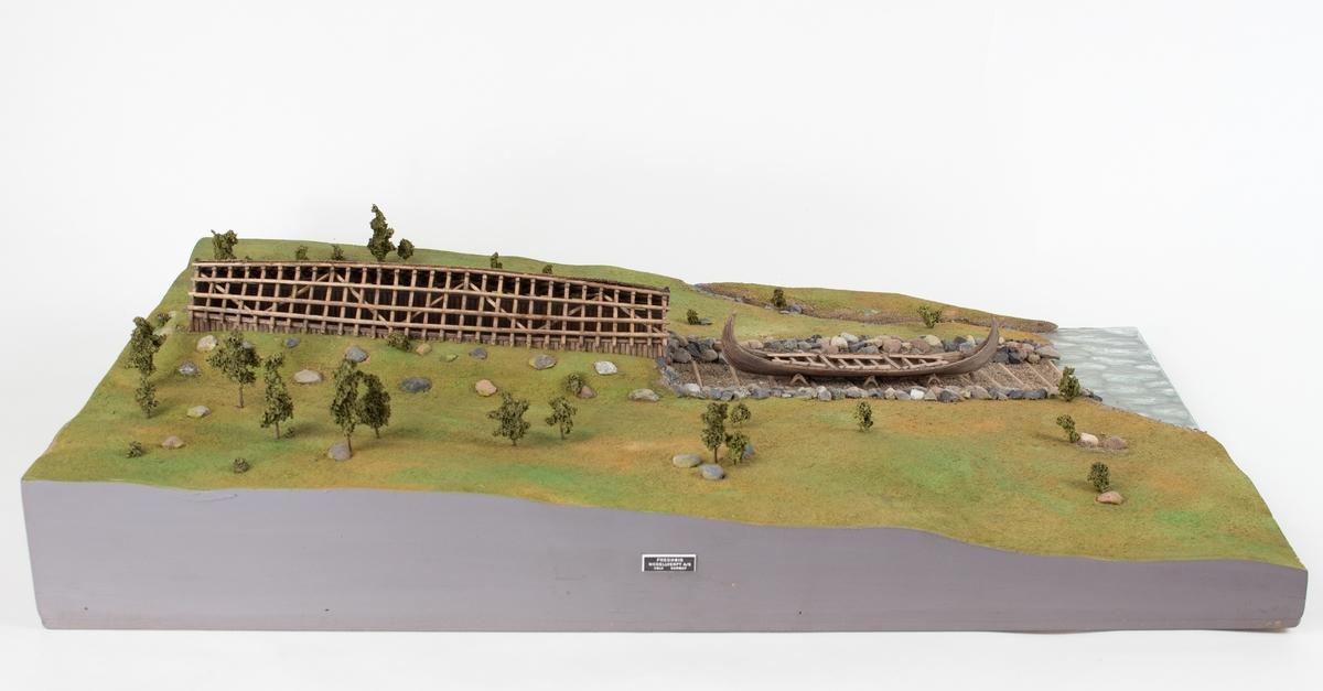Dioramamodell av naust, båtstø og skip. Målestokk 1:100.