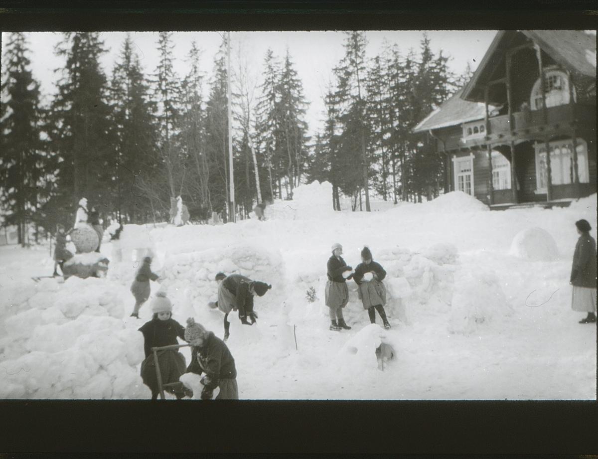 Friluftsskolebarna på Vangen bygger snøborg.