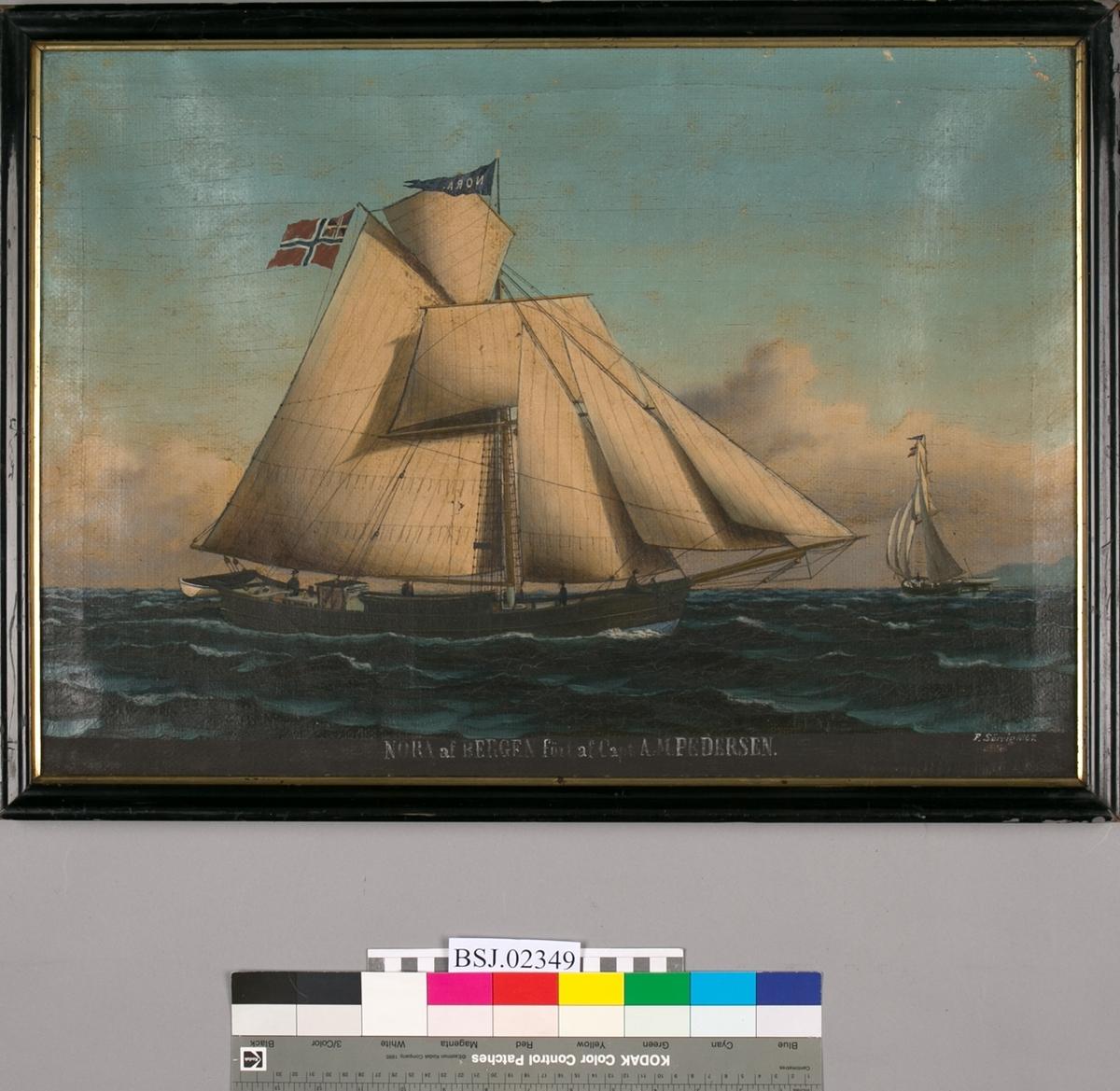 Skipsportrett av jakt NORA ført av kaptein A.M. Pedersen. Under fulle seil med unionsflagg