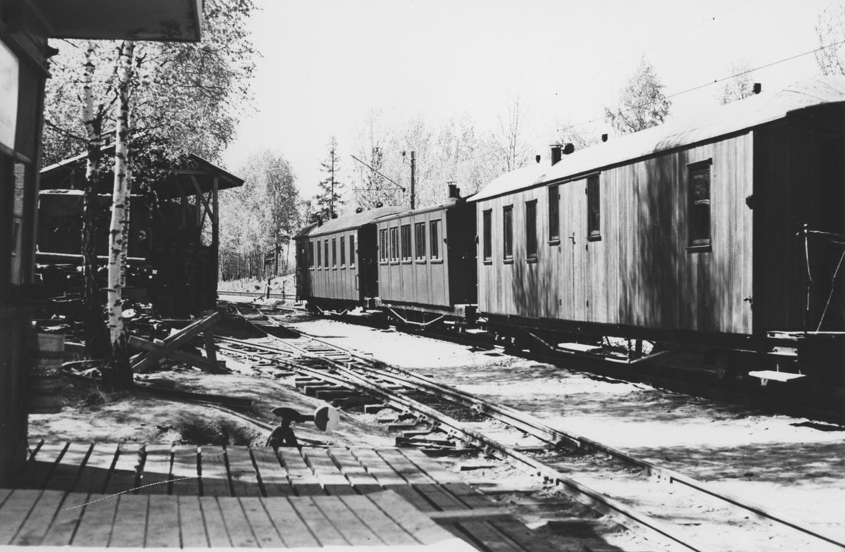 Museumsbanen Urskog-Hølandsbanens personvogner står driftsklare utendørs på Bingsfoss stasjon.