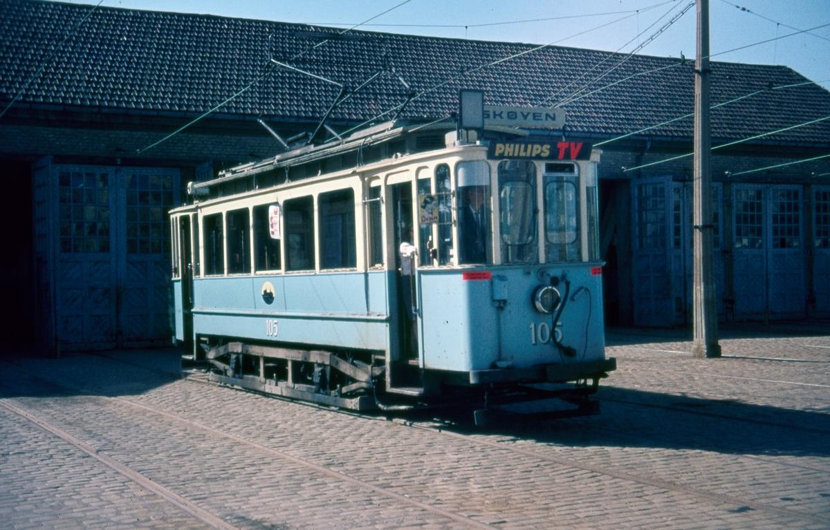 Sporvogn 105 klar for siste driftsdag på rushtidslinje 6 Majorstuen - Etterstad via Briskeby. Dette var også siste dag de klassiske toakslede Kristiania-trikkene gikk i ordinær rutetrafikk i Oslo.