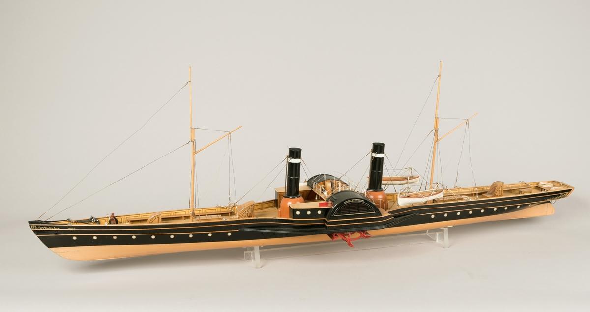 Med modellen følger 2 messingskilt med innskrift:  'Paddle Steamer  'MOSS'  built in 1855 for Moss steamer Boat Company bg.  Caird and C 04  Greenock. Moulded dimensions  185` x  18` x 8`.   Grosstonnage 300 Engines Cylinder 40' dia. N.H.P. 120 stroke 45'. Bygget i Glasgow i rute Kristiania - Kristiansand. Moss første dampskip. 14 knop.