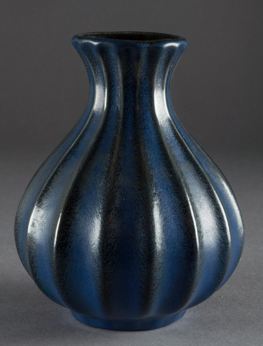 Vas från Bo Fajans, formgivare Ewald Dahlskog. Blåglaserad. Modellnummer: 89/1