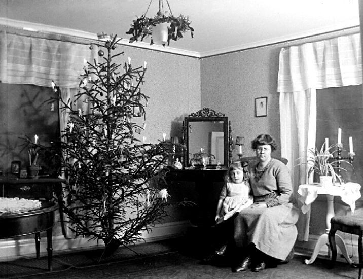 Karin Knape f. Bäckström är mor till Inga Knape och Hans Knape och syster till Greta Bäckström.Karin Bäckström f. 1880 drev fotoateljé på Vasagatan 5 i Töreboda. Hon tog över den av sin far Thure Bäckström, som hade etablerat firman 1886, och hon drev den mellan 1896 -1916.Karin Bäckström gifte sig år 1917 med John Knape.