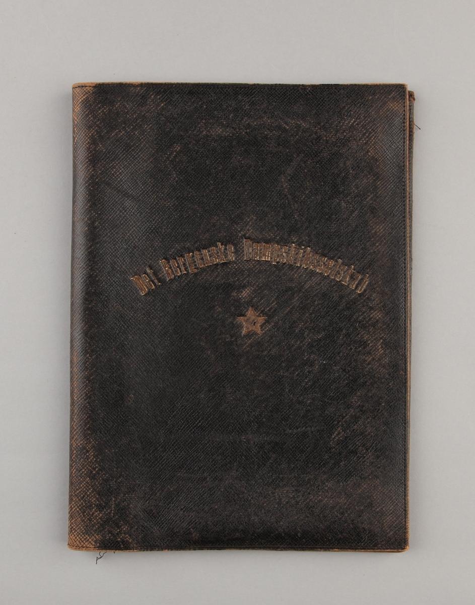 Dokumentmappe i sort skinn med firmanavn samt en stjerne trykt på.