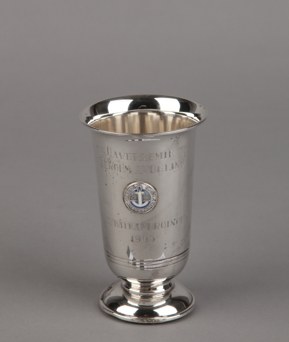 Sølvpokal fra Norsk Sjømannsforbund, avdeling Bergen, med merke og tekst.