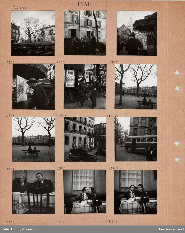 Motiv: Paris, torg mellan hus, uteservering med parasoll, i bakgrunden del av kyrkan Sacre Coeur, klocktornet, en grupp män och kvinnor samtalar utomhus, en man står vid ett staffli och målar av Sacre Coeur, en äldre kvinna i dräkt och hatt, med käpp och en man samtalar framför en butik med konst och vykort, park med träd i grusad yta, personer sitter på bänkar, utblick över bostadskvarter, parkerade bilar framför en husfasad i dåligt skick, turistbuss på gata mellan bostadshus, interiör restaurang, två män sitter bredvid varandra, en ung man kysser en ung kvinna.