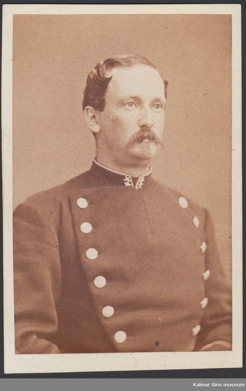 KLM 28583:20:42:1-4. Fotografi. 4 stycken porträtt i fickformat. Herrar med militäranknytning. Text på baksidan men det har ej gått att fastställa identitet.