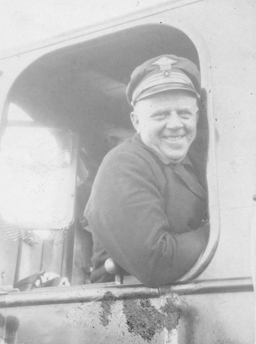Lokomotivfører Syprian Aarstad på et av Urskog-Hølandsbanens damplokomotiver.