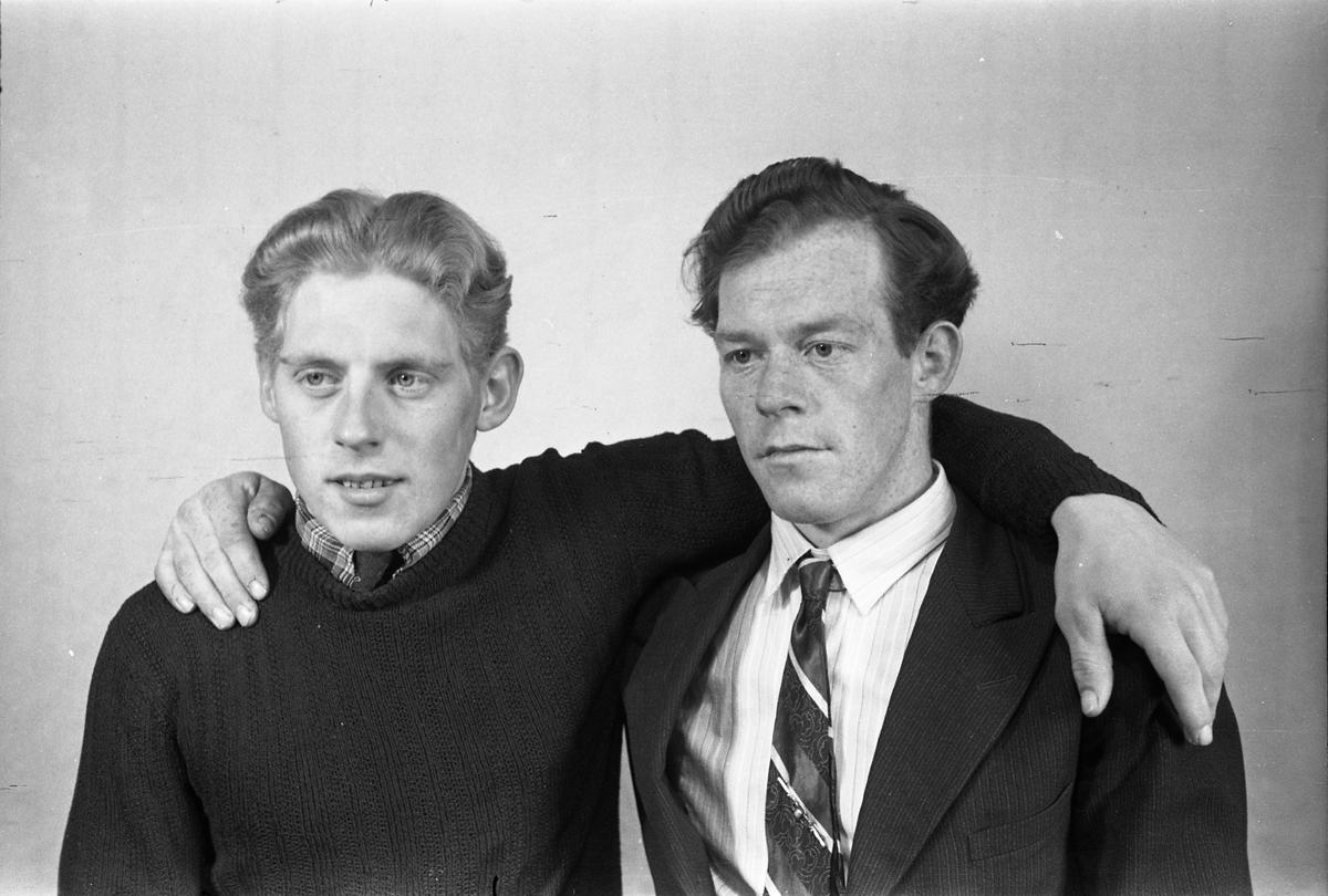 Portrett av to menn. Tre bilder der de to ere avbildet