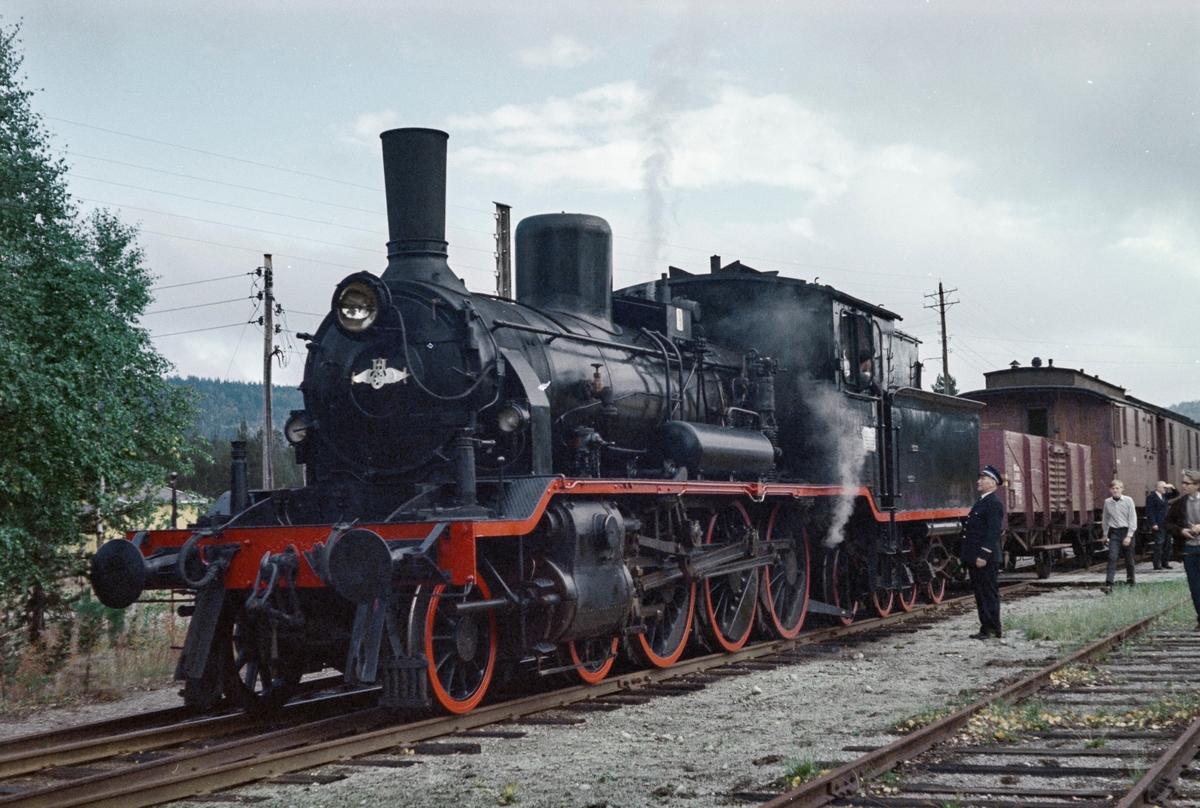 Underveis med A/L Hølandsbanens veterantog fra Drammen til Krøderen. Toget trekkes av damplokomotiv 18c 245.
