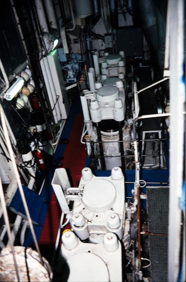 Toppen av hovedmotoren i Hurtigruteskipet M/S Harald Jarl, 5 sylindret totakts Akers - B&W motor med motgående stempler