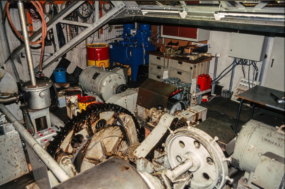 Maskinrommet på Skansen klaffebru i Trondheim. Her ser vi bl. a. de to løftemotorene (likestrømsmotorer).