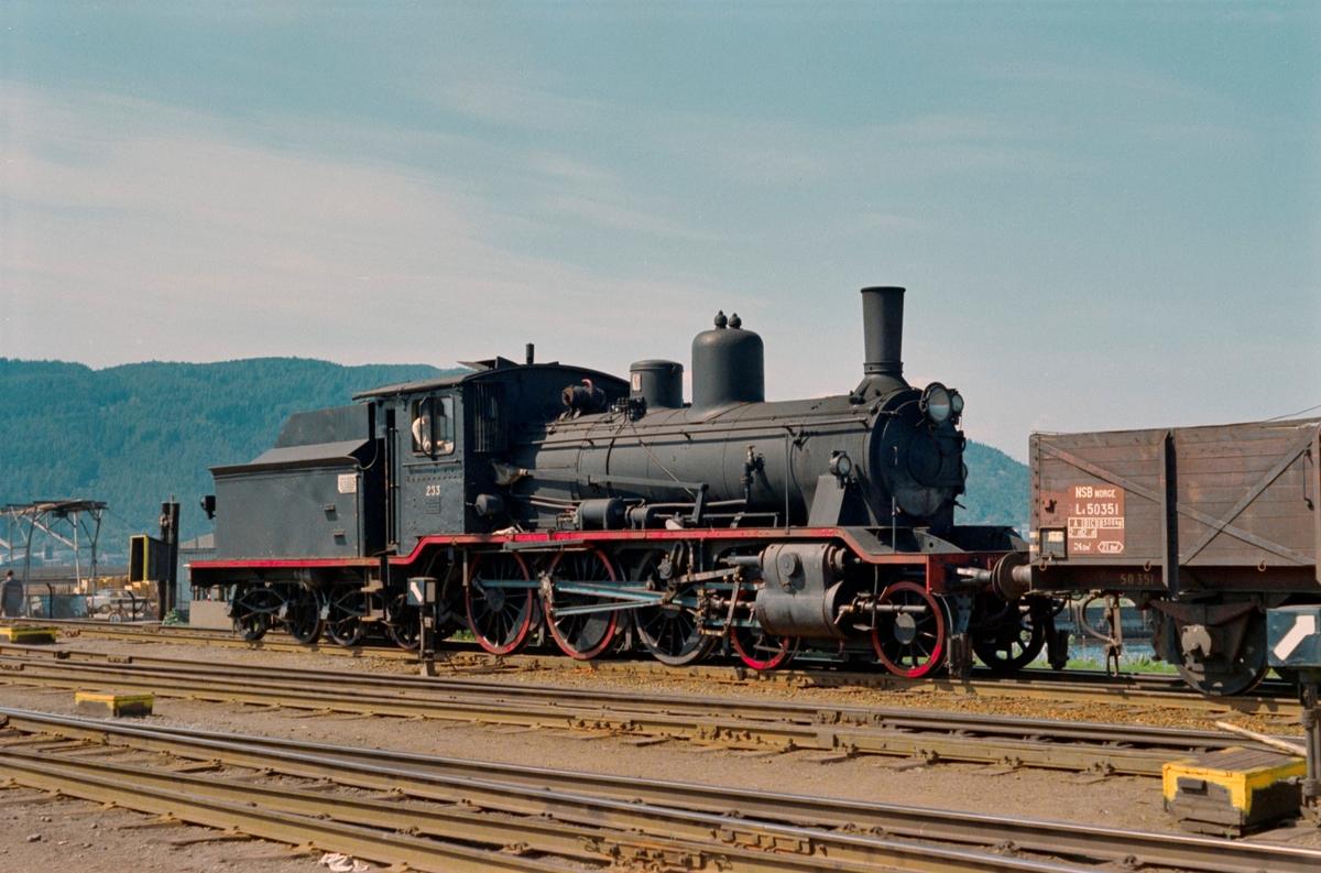 Damplokomotiv type 18c nr. 233 i skiftetjeneste på driftsbanegården i Trondheim.
