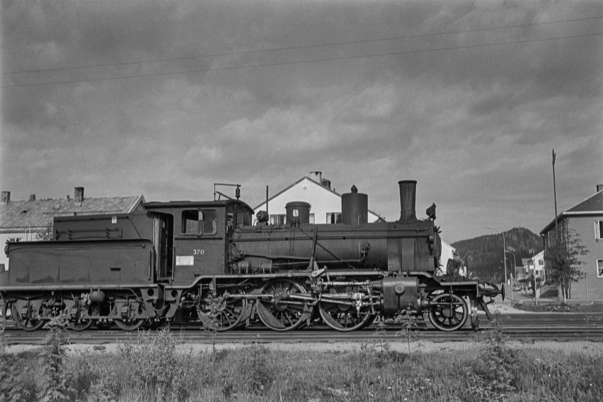 Damplokomotiv type 21b nr. 370 med godstog.