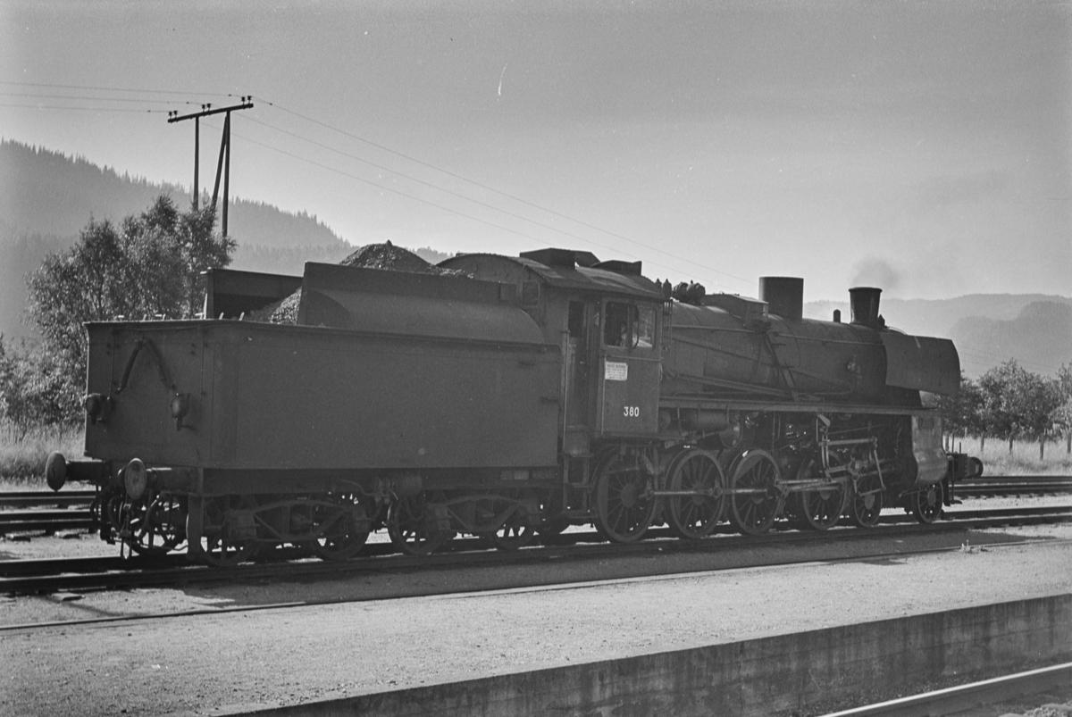 Damplokomotiv type 26c nr. 380 på Støren stasjon.