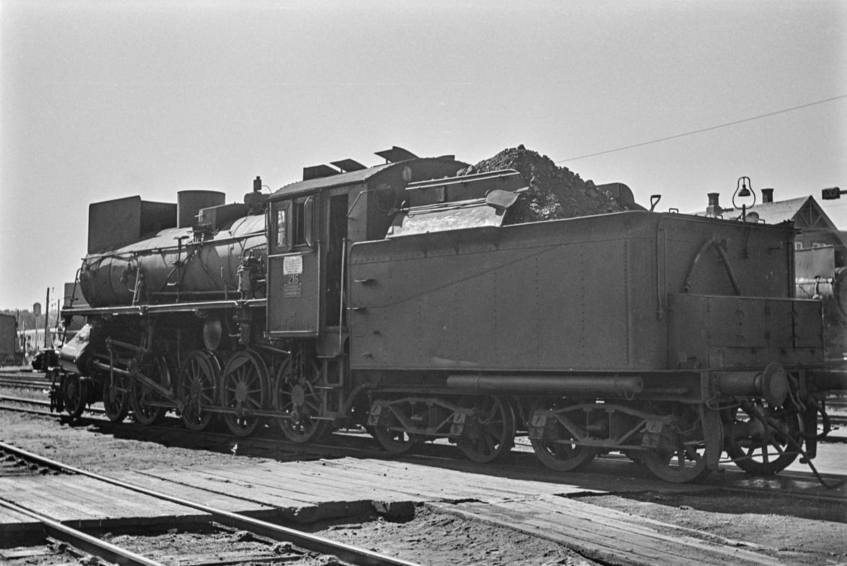 Damplokomotiv type 26a nr. 216 ved lokomotivstallen på Hamar.