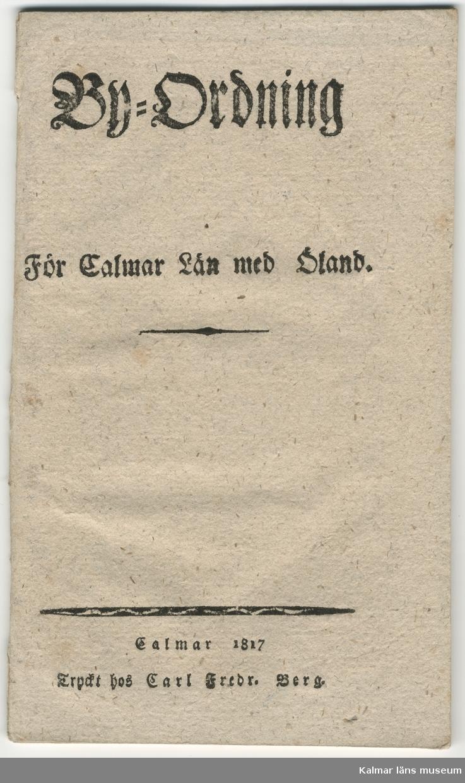 """KLM45239:5 Häfte. Tryckt häfte. """"By-ordning För Calmar Län med Öland Calmar 1817 Tryckt hos Carl Fredr. Berg"""". I häftet ligger en handskriven lapp med texten """" Till Bymannen i Borgehage Karl Ek med varm önskan om God Jul! Manne Hofrén + Maka med hälsningar till Konsulinnan!""""."""