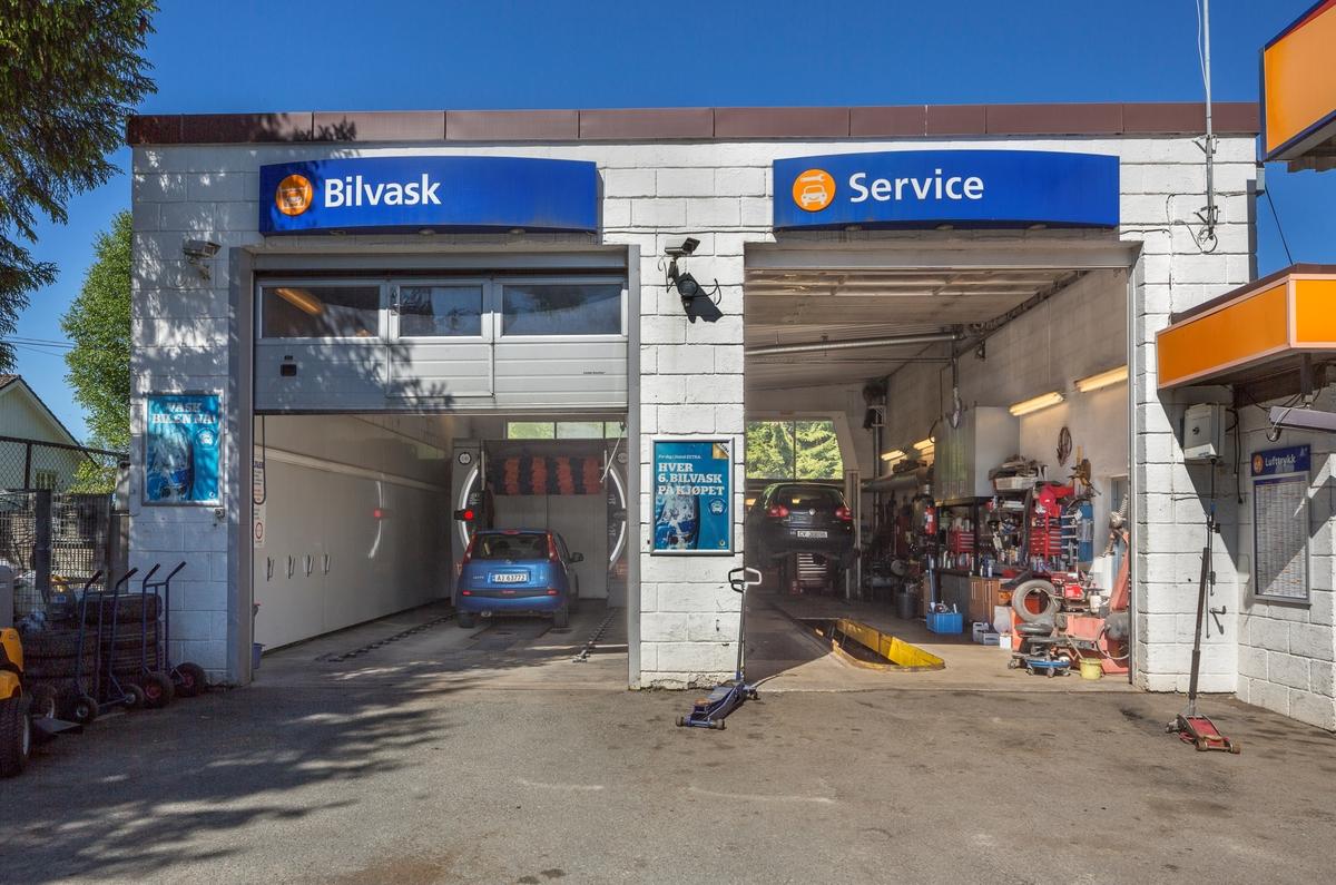 Statoil Hemnes. Åpne inngangsporter til vaskehall og verksted. Skilt over portene.