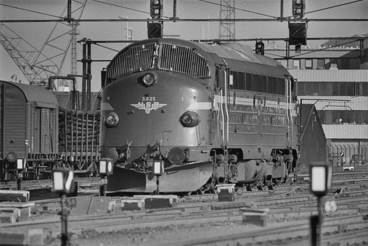 Diesellokomotiv type Di 3 nr. 625 på Trondheim stasjon.
