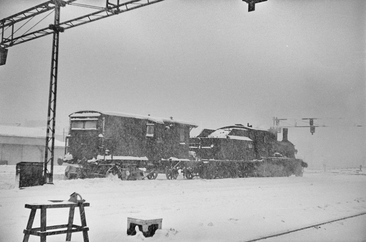 Snøryddingstog på Trondheim stasjon. Sporrenser Rs 16374 trekkes av damplokomotiv type 18c nr. 233.