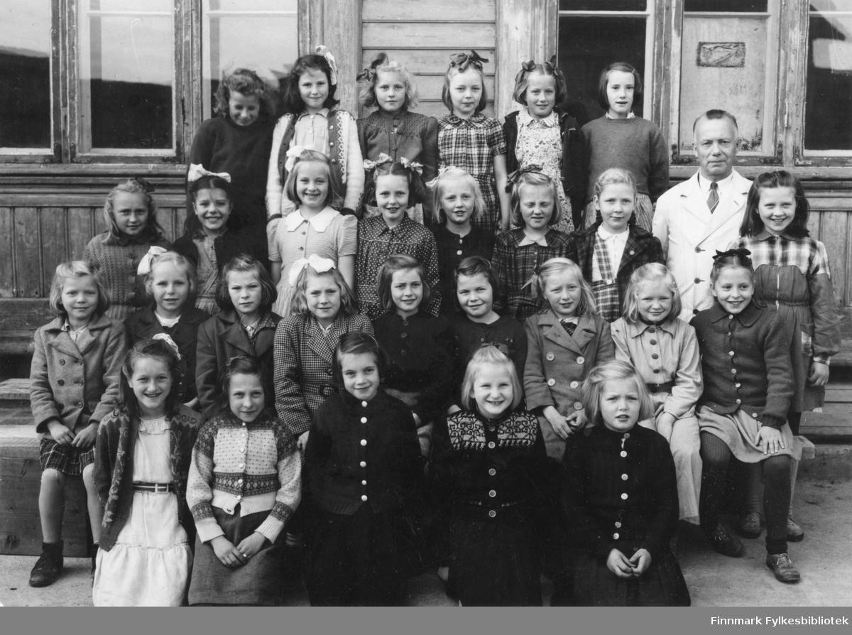 Jenteklasse fra Vardø folkeskole i 1947. Klasseforstander var Aslaug Alseen (bortreist da bildet ble tatt). Personene på bildet: nr 1) Angell Slettjord (skolebestyrer), nr 2) Lilla Holt, nr 3) Randi Sørsdal, nr 4) Laila Paulsen, nr 5) Elin Akselsen, nr 6) Liv Lund, nr 7) Marit Lindberg. Jenter med pikenavn. Se bildet med nummereringer!