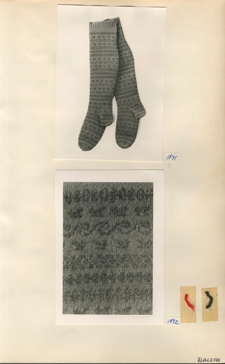Kartongark med  två fotografier av strumpor samt garnprover