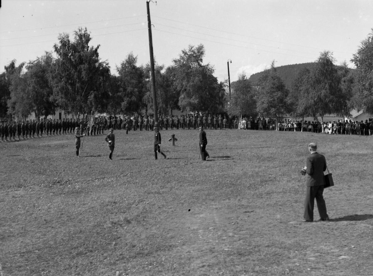 Kong Haakon på besøk i Rinnleiret militærleir