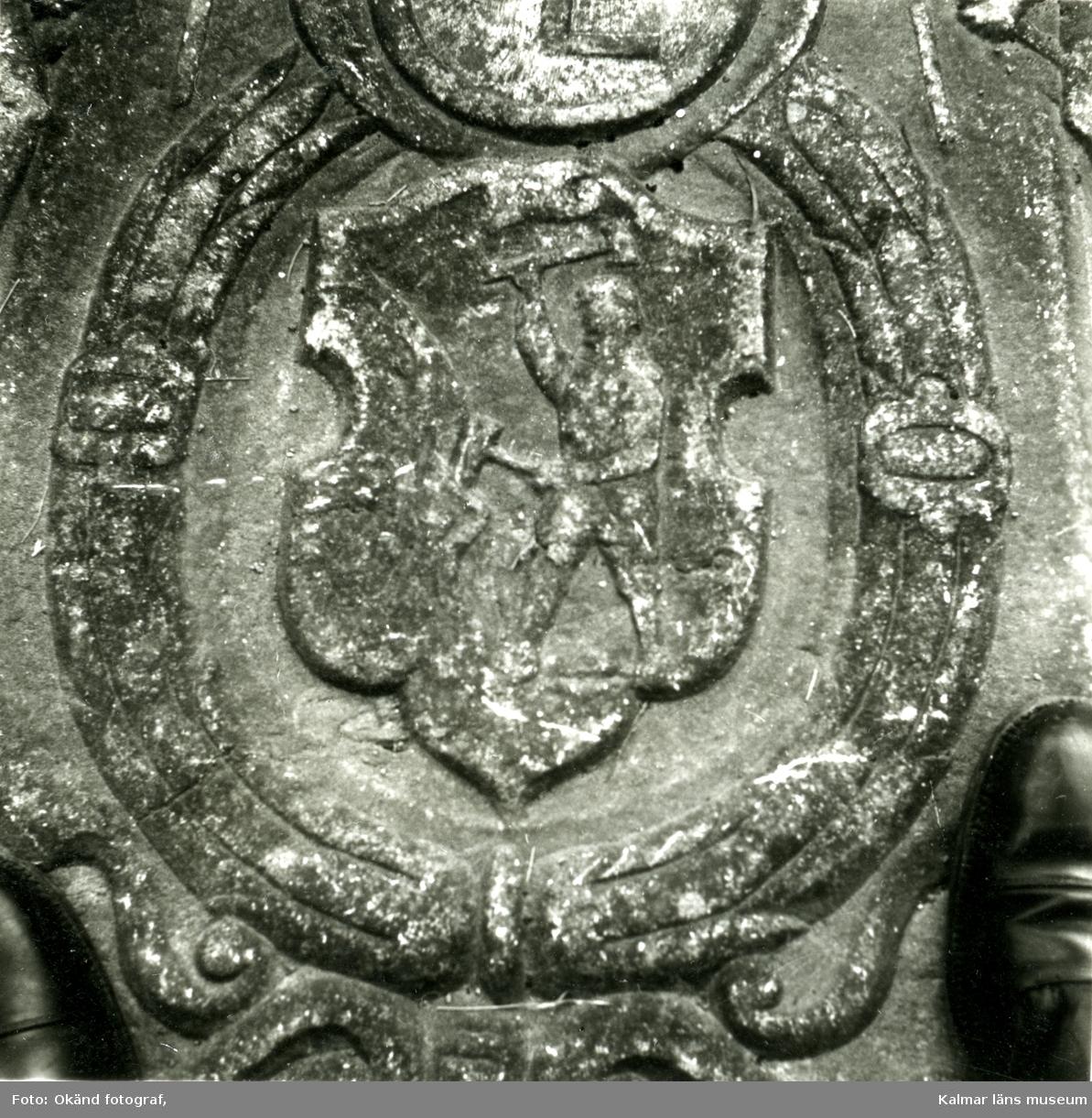 """Gravsten på Gladhammar kyrkogård.  Gravhäll av kalksten med dubbel randskrift, textkartuscher och emblem. """"Här under ligger begraven salig hos Herren Leonart Hosman, död den 30 april anno 1640. Gud förläne honom och alla kristtrogna en salig uppståndelse Amen. Tysk text.  Leonard Hosman, holländsk bruksidkare, fick 1623 priv. på Gladhammars gruvor. Jämför Västerviks Historia där Hosman och hans kompanjon i mitten av 1630-talet sägs ha återvänt till Holland."""