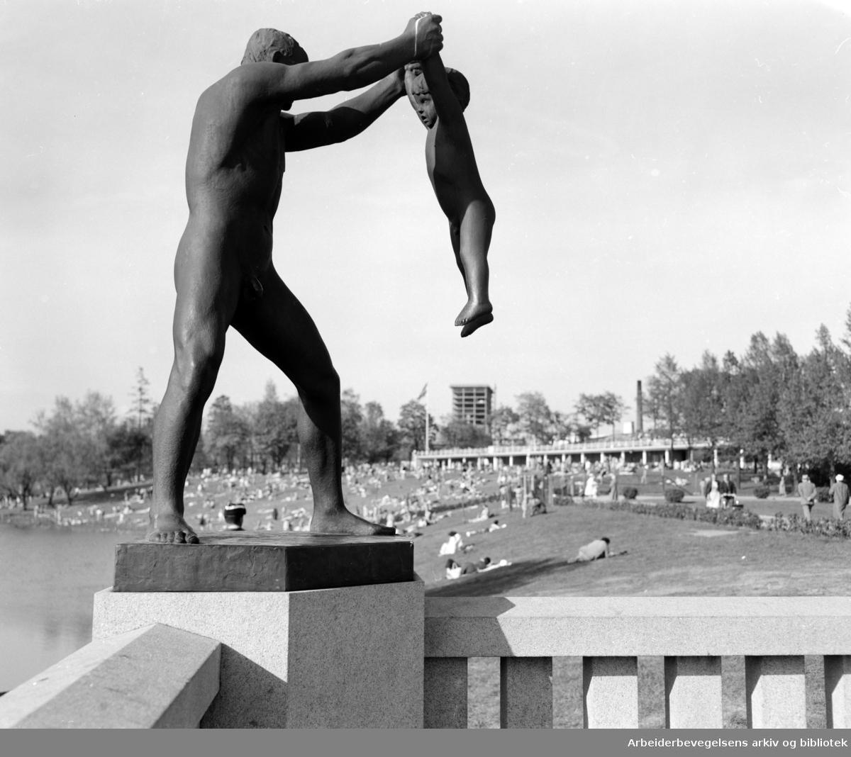 Vigelandsanlegget. Skulpturer av Gustav Vigeland. Mai 1957