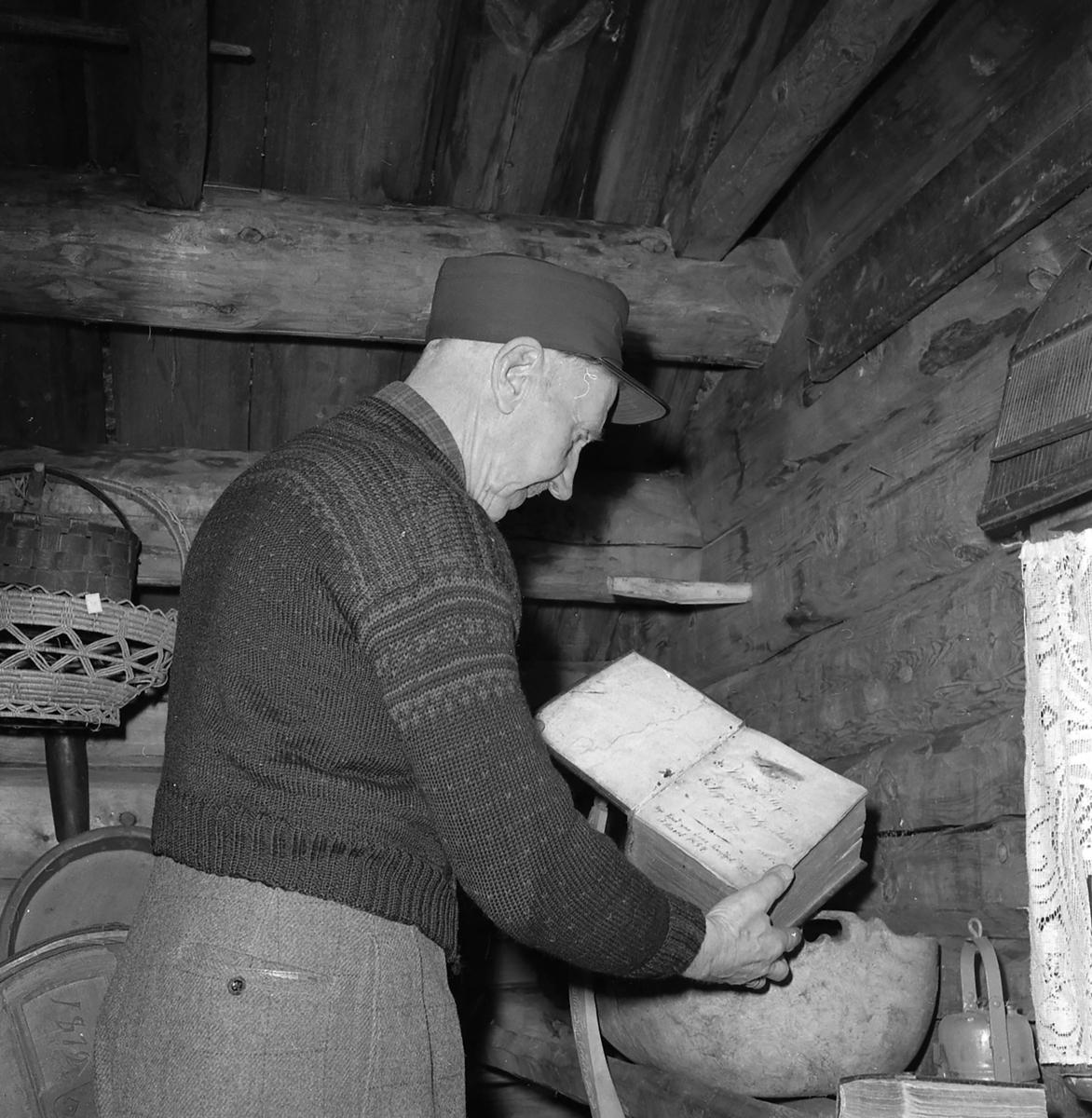 Iver Eide,fjellbonden og bygdehistorikeren fra Tolga med sin gårdssamling på stabbur