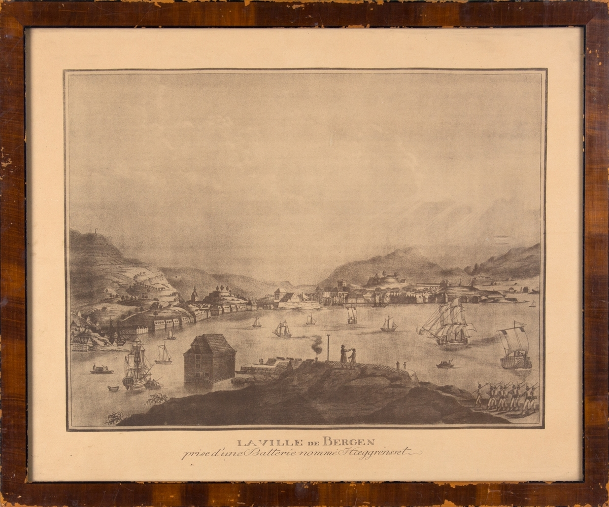 Kopi av kobberstikk som viser Bergens havn, sett fra Hegreneset med fløyenpilen til venstre i motivet og Løvstakken til høyre i motivet.