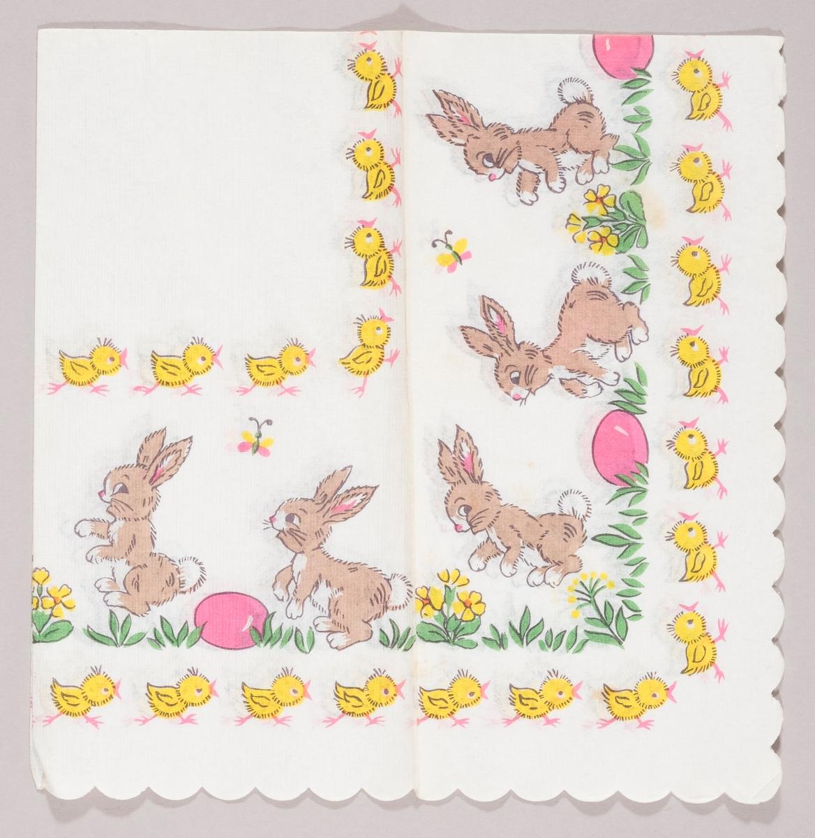 Flere påskeharer hopper rundt mellom rosa påskeegg og gule blomster. Sommerfugler flyver.  Mange små kyllinger løper etter hverandre.
