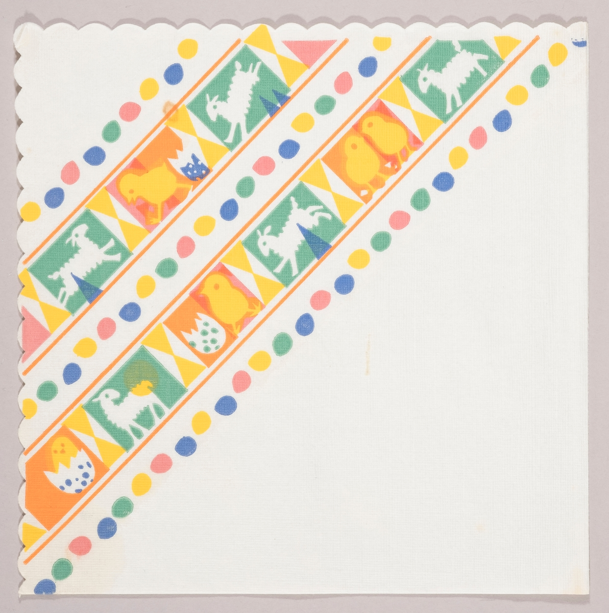 To striper med firkanter med lam, kyllinger, skall av påskeegg og geometriske mønstre. Tre striper med kulørte påskeegg