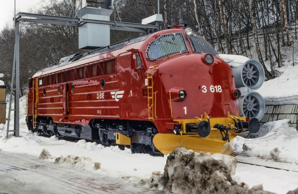 Nyrevidert diesellokomotiv type Di 3 nr. 618 på Marienborg ved Trondheim.