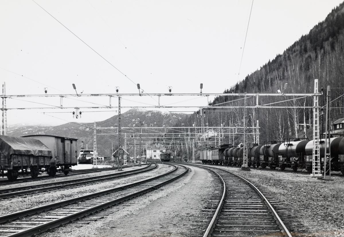 Mæl stasjon på Rjukanbanen. I bakgrunnen Rjukanbanens elektriske lokomtiv nr. 2 og DF Ammonia.