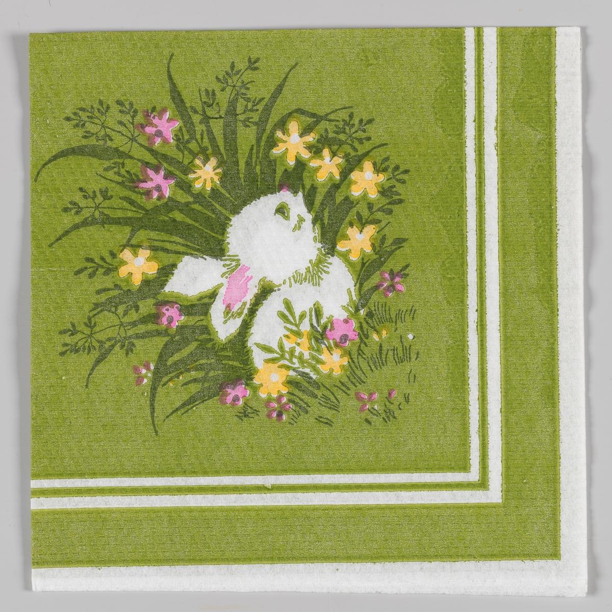 En liten harepus som gjemmer seg i høyt gress med gule og rosa blomster. Hvite og grønne kantstriper.