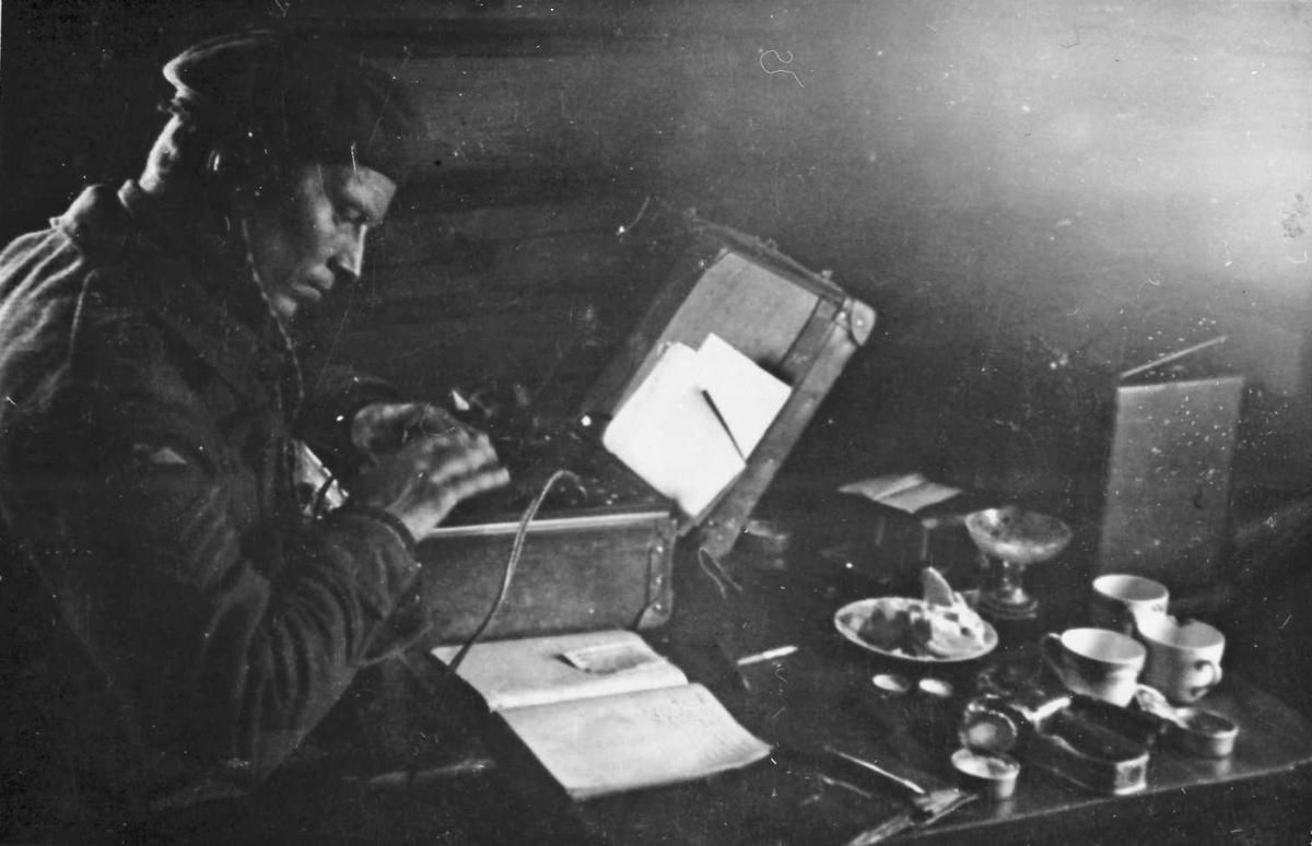 Mann ordner radio, sender og mottaker.