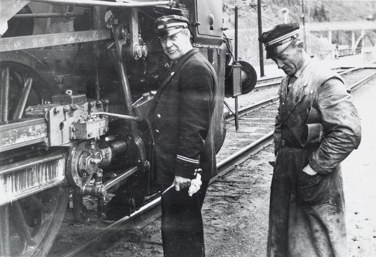 Lokomotivfører Einar Danielsen (til høyre) foran damplokomotiv type 63a.
