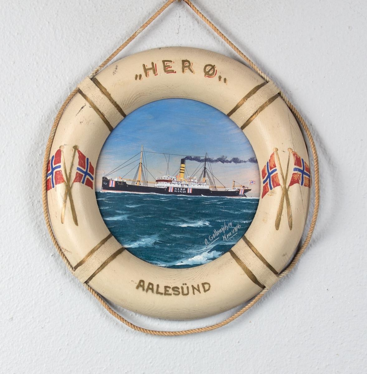Skipsportrett av DS HERØ under fart i rom sjø. Rammen er utformet som en livbøye dekorert med norske flagg og skipets navn og hjemmehavn. Skipet har påmalt nøytralitetsmerker på skutesiden.
