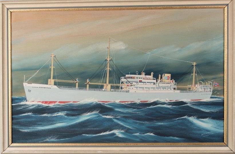 Skipsportrett av MS ANNA PRESTHUS under fart i åpen sjø. Har skorsteinsmerke til rederiet Johs. Presthus samt fører norsk flagg akter.