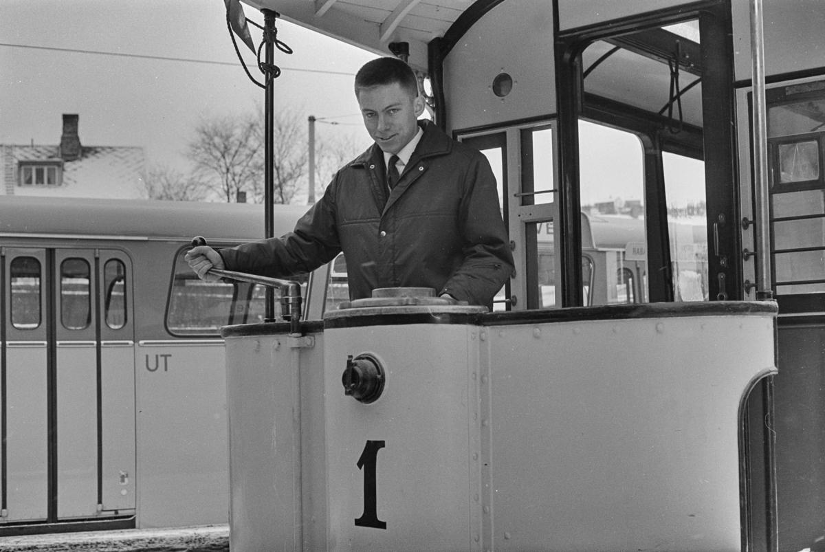 Utflukt med veterantrikker i Trondheim. Rolf Gillebo ved spakene på sporvogn nr. 1.
