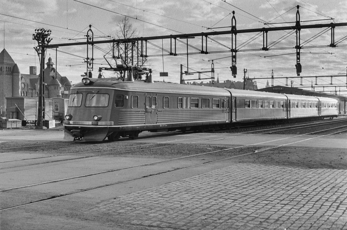 Svensk elektrisk motorvognsett type Yoa2 nr. 135 i Gävle i Sverige.