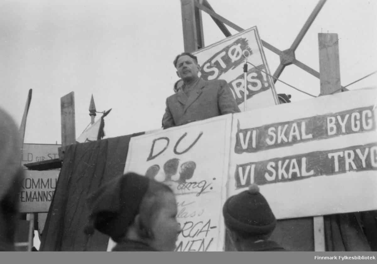 Olaf Hoel, rektoren til Finnmark off. Gymnas i Alta, holder 1. mai tale i Elvebakken i 1949.  Olaf Hoel (1903-1970) var den første rektoren ved fylkets første gymnas Finnmark off. Gymnas i Alta i årene 1948-1952. Kjell F. Hoel har gitt en liten bildesamling etter sin far fra hans tid i Alta til Finnmark fylkesbibliotek. Olaf Hoel gjorde en pionerinnsats for skolen under gjenreisningen av landsdelen etter krigen.